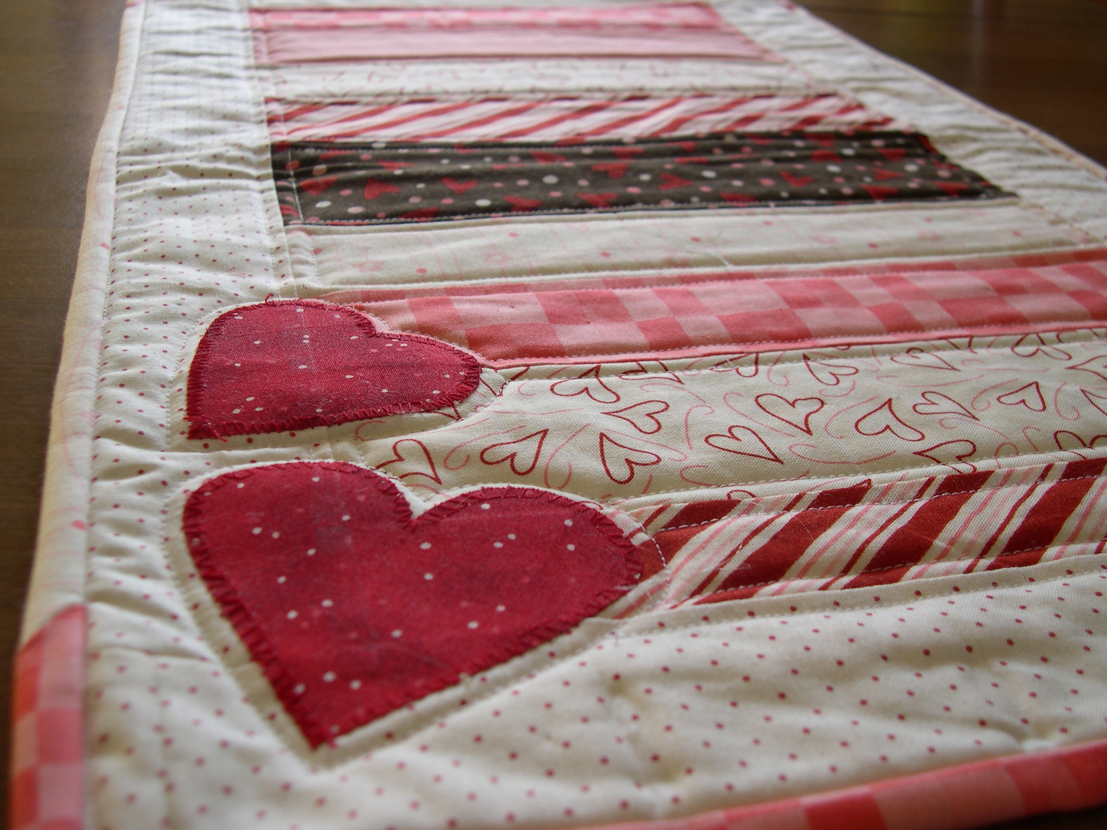 Valentines Day Table Runner | Terri's Notebook : free valentine quilted table runner patterns - Adamdwight.com